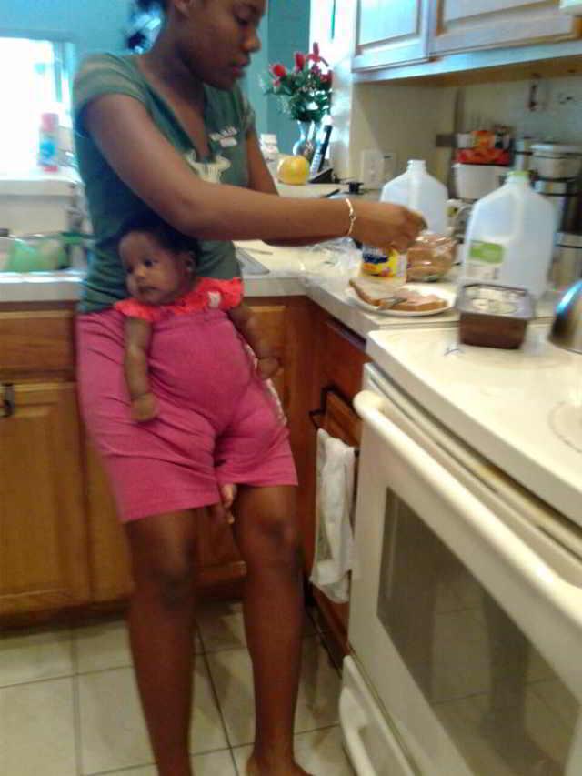 Мать оставляет ребёнка наедине с подростком — через несколько минут она получает странную фотографию, которая лишает её дара речи