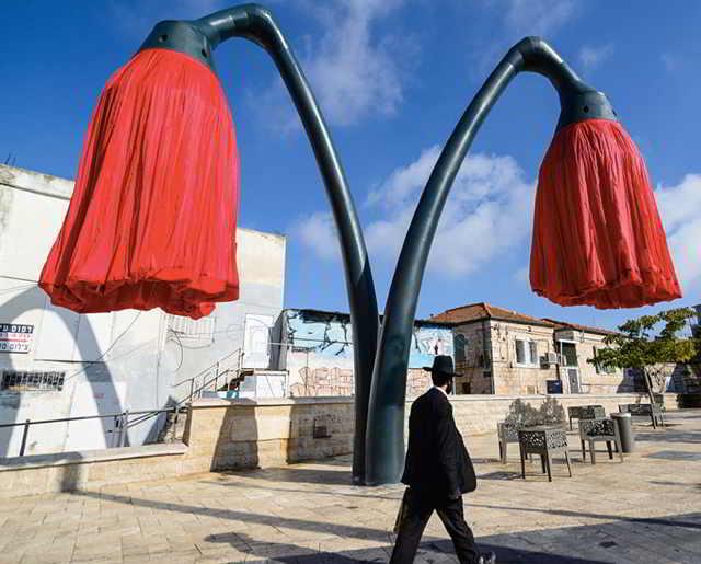 Эти огромные 9-метровые фонари расцветают, когда под ними стоят люди. Видео....