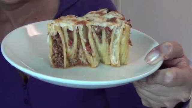 Женщина уложила макароны в формочки для кекса! Что же получилось в итоге? Просто потрясающе!