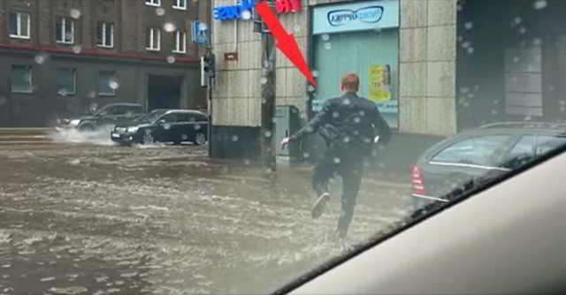 В сильный ливень парень ехал домой, как вдруг, остановился и резко выбежал из машины! Причина растрогает каждое сердце. Видео...