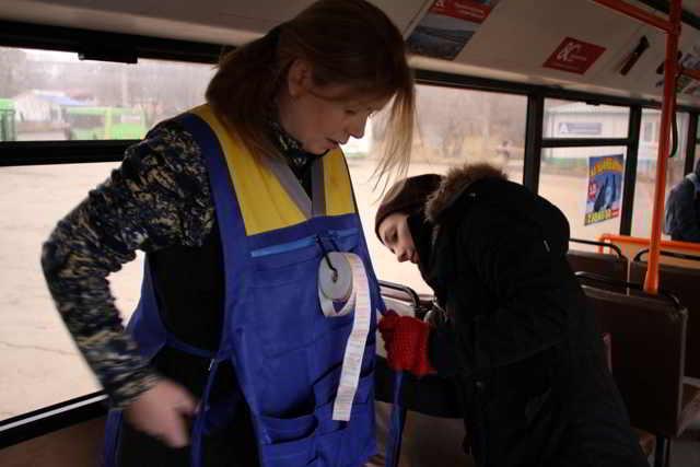 Мама ходит в течение всего дня по троллейбусу, билеты продает. Разве это работа?