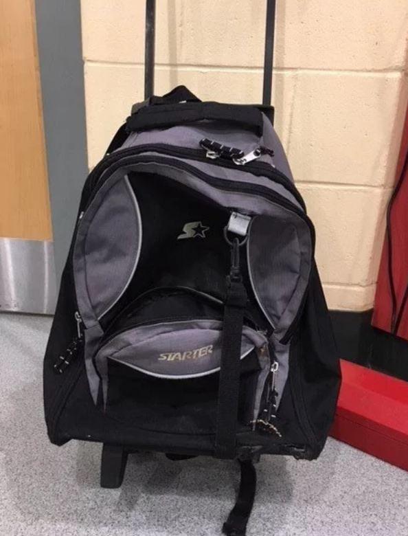 У магазина женщина увидела дрожащий рюкзак, который вдруг чихнул...