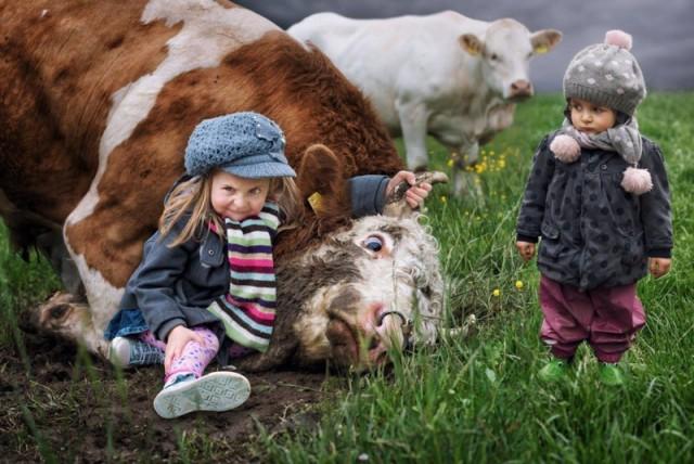 22 Фото: Животные, которые живут с детьми, попадают в рай без очереди