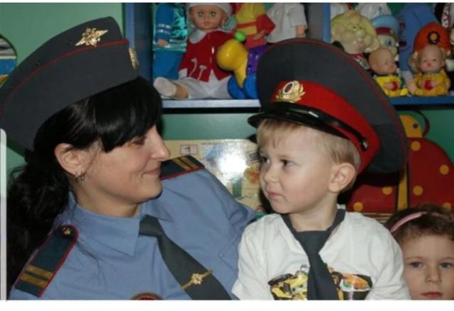 4-летний мальчик вызвал полицию, чтобы избавиться отсвоих родителей