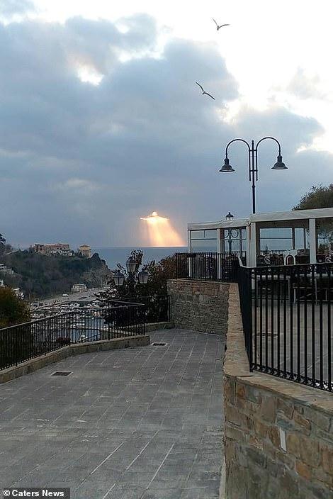В небе над Италией появилась фигура Иисуса, сотканная из лучей солнца