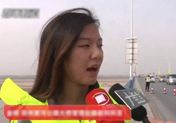 Видео: Хрупкая женщина схватила за руку спрыгнувшего с моста мужчину и удерживала его, пока не подоспела помощь!