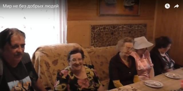 Пожилых людей в российской глубинке накормит… пенсионерка! Видео!