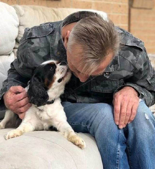 Бывший бездомный помог больному псу снова встать на лапы. Видео!